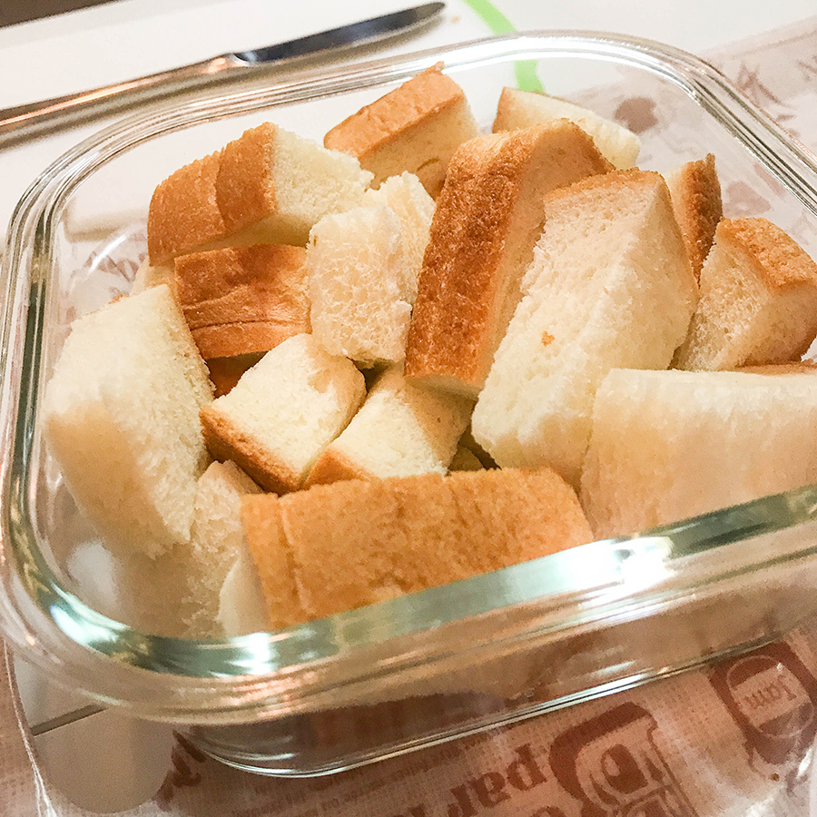 パンを容器に詰める