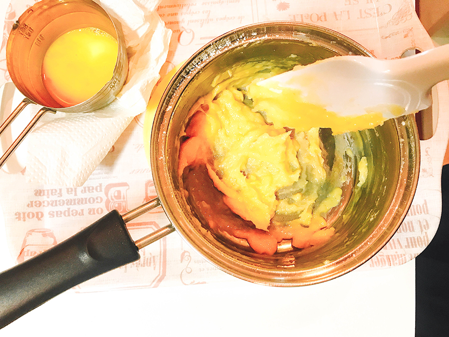 卵を少しずつ入れて混ぜる